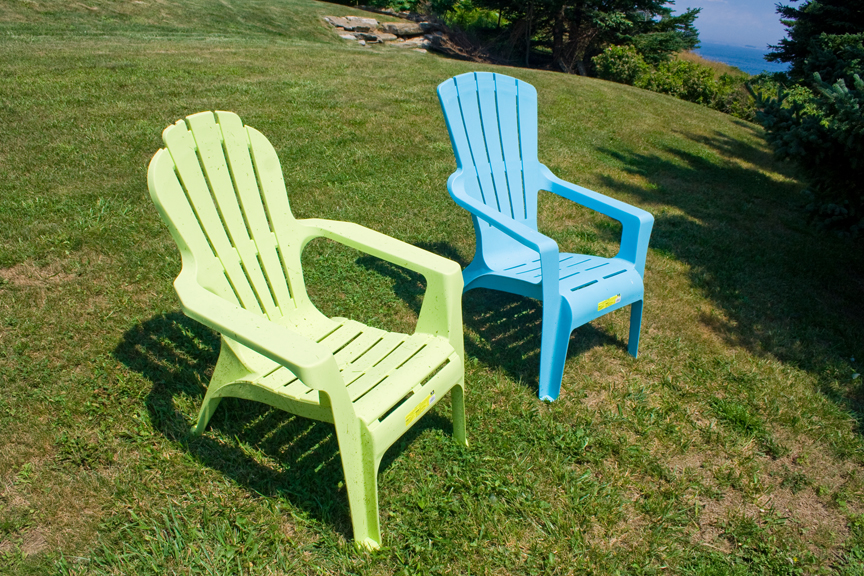 Plastic adirondack chair so wrong duane 39 s rants raves and reviews Plastic outdoor furniture
